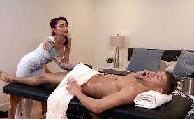 Sex masaż oralny na stole z rudą mamuśką - Monique Alexander, Rude