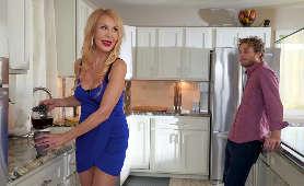 Gra wstępna w kuchni z seksowną, dojrzałą mamuśką - Erica Lauren, Sukienka