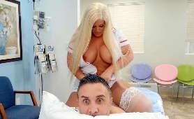 Napalona pielęgniarka z ogromnymi piersiami - Julie Cash, Sex Hd