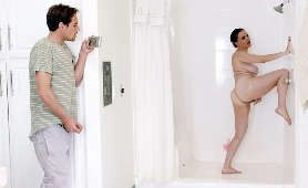 Podglądanie mamuśki pod prysznicem - Dana DeArmond, Brunetki