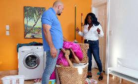 Zabawia sie z małolatą w ukryciu przed żoną - Maya Bijou, Lizanie Jaj