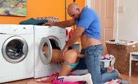 Sex z uczennicą w pralni - Maya Bijou, Majtki