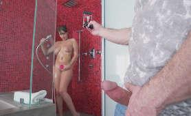 Seksowna namydlona brnetka w łazience - Cassidy Banks, Podglądana