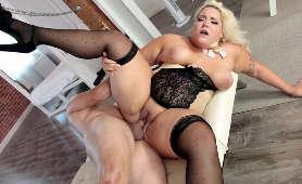 Sex z dużą kobietą w pończochach i gorsecie - Jade Rose, Blondynki