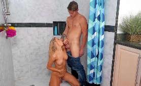 Lodzik blondynki pod prysznicem - Addie Andrews, Sex Hd