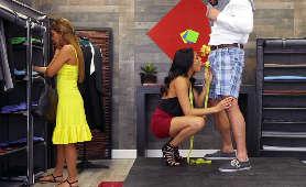 Ładna latynoska dziewczyna obciąga w sklepie - Serena Santos, Sex Hd