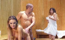Zdradza dziewczynę uprawiają sex analny z nieznajomą w saunie - Kenzie Taylor, Pozycja Na Pieska