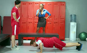 Seksowna trenerka daje chłopakom wycisk w szatni - Missy Martinez, W Spódniczce