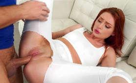 Sex z rudą w białych leginsach - Lacy Lennon, Rozdzieranie Ubrania