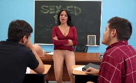 Flirt cycatej nauczycielki z uczniami - Anissa Kate, Nauczycielka