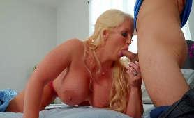 Film erotyczny doświadczonej królowej loda w bieliźnie - Alura Jenson, W Bieliźnie