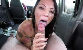 Brunetka z dzirami robi laskę w busie - Audrey Miles, Sex Oralny