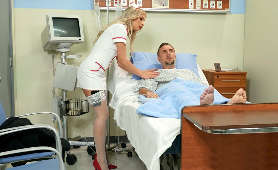 Zdzirowata pielęgniarka robi laskę pacjentowi - Carmen Caliente, Sex Hd