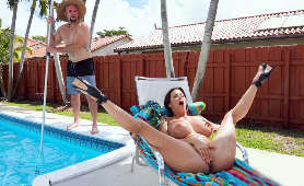 Masturbacja cycatej mamuśki opalającej się przy basenie - Alexis Fawx, Masturbacja
