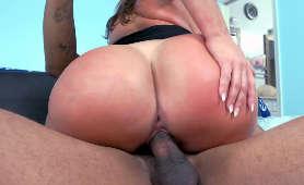Kubańska kobieta trzęsie swoim wielkim tyłkiem na czarnym kutasie - Julianna Vega, Kowbojki