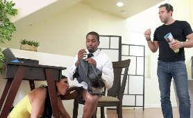 Obciąga czarnego kabana w obecności męża - Jasmine Jae, Mamuśka
