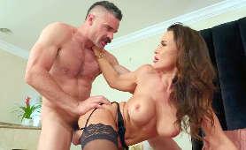 Mamuśka w seksownych pończochach jest pieprzona od tyłu - Lisa Ann, Całowanie
