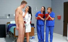Pani Dr. z wielkimi cyckami przyszła zbadać swojego pacjenta - Angela White, Mamuśka