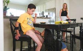 Ostre porno 19 latki, która ssie twardego kutasa pod stołem - Maya Bijou, Na Stole