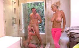 Młoda para i mamuśka, która przyłączyła się do zabawy pod prysznicem - Angela White, Bridgette B, Sex Hd