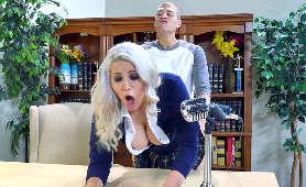 Seks filmki blondynki, która wygina się nad biurkiem i pieprzy się w biurze dziekana - Alix Lovell, Blondynki
