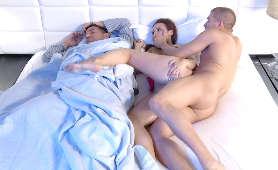 Zdradza i pieprzy się , gdy jej mąż sypi w tym samym łóżku. - Lexi Luna, Zdrada Kontrolowana