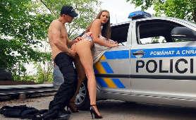 Sex z policjantem przy samochodzie - Stacy Cruz, Ruchanie Cipki