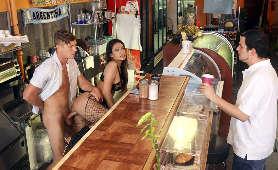 Zostaje zerżnięta w barze na stojąco - Katana Kombat, Rozdzieranie Ubrania