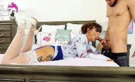 Porno gorącej i napalonej babci z murzynem, który ją pieprzy w zamian za pokój - Syren De Mer, Sex Hd