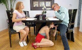 Zdzira ssie wielkiego kutasa pod stołem - Lena Paul, W Spódniczce