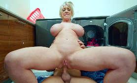 Sex filmy analne z mamuśką jebaną w odwrotnej pozycji na jeźdzca - Dee Williams, Ruchanie W Odbyt