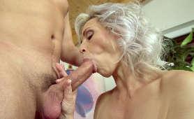 Babcia robi mistrzowskie obciąganie młodszego penisa - Kathy White, Sex Hd