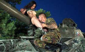 Cipka dziewczyny z wojska wylizana na T-55 - Rae Lil Black, Sex Hd