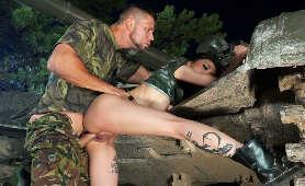 Seks od tyłu na stojąco i opancerzony pojazd bojowy w tle - Rae Lil Black, Sex Hd
