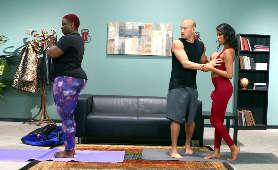Nia Nacci poznaje swojego nowego instruktora jogi - Nia Nacci, Delikatny Seks