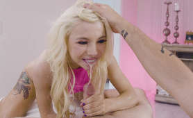 Urocza blondynka ślini się na moim penisie - Kenzie Reeves, Na Stole