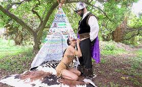 Darmowe porno z Kiarrą Kai, która na kolanach ssie kutasa na świeżym powietrzu - Kiarra Kai, Nastolatka