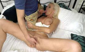 Dojrzała pani daje miłe obciąganie młodemu chłopakowi - Nikki Nuttz, Wielkie Cycki