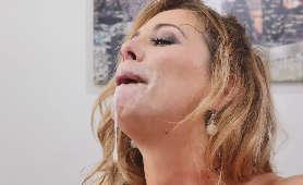 Filmy erotyczne dojrzałej kobiety, która szarpie i ssie kutasa, aż dostaje spermą na twarz - Cherie DeVille, Milf