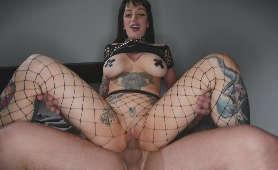 Mama z dużymi piersiami i tatuażami nabija cipkę na twardego kutasa - Jessie Lee, Sex Hd
