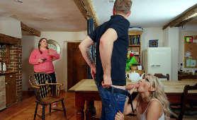 Lodzik w kuchni na kolanach - Amber Jayne, Milf