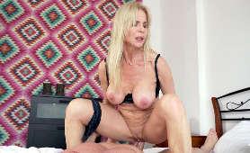 Filmy porno mamuśki z dużymi piersiami, która nabija cipkę na sztywnego penisa - Nadya Basinger, Milf