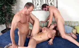Dziewczyna z dużym naturalnym biustem pieprzona w cipkę i usta przez dwóch facetów - Whitney Stevens, 1 Kobieta 2 Meżczyzn