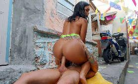 Brazylijska zdzira trzęsie tyłkiem na sztywnym kutasie na zewnątrz - Alina Belle, Brazylijki