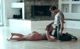 Rozebrana laska obciąga leżąc na podłodze - Abella Danger, Brunetki