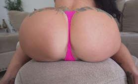 Duża pupa z tatuażami w różowych stringach - Lilith Morningstar, Pozująca