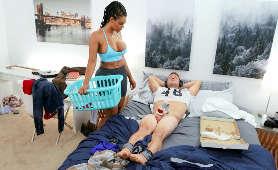 Seksowna brunetka z dużymi cyckami przyszła do swojego współlokatora - Halle Hayes, Nastolatka