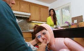Przyłapała swojego pasierba na pieprzeniu seks-lalki - Syren De Mer, Dojrzała