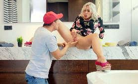 Palcowanie odbytu dojrzałej kobiety - Brittany Bardot, Czeszki