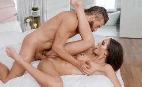 Brunetka posuwana przez twardego kutasa - Xander Corvus, Desiree Dulce, Sex Pary